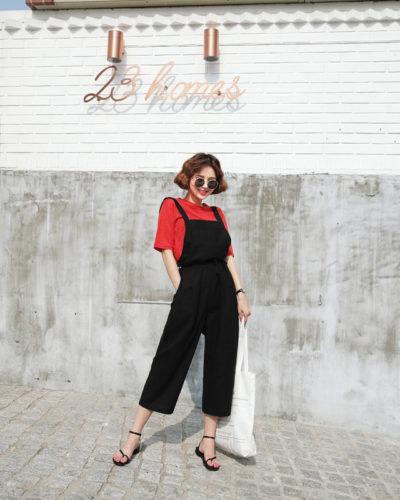 Kết hợp quần yếm cùng áo thun đỏ