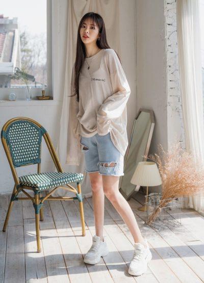Cực phong cách cùng áo thun dài tay oversize và quần short jean
