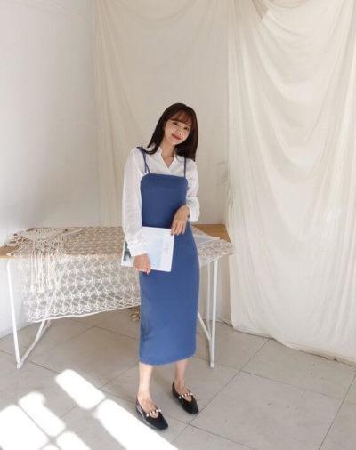 Mix áo sơ mi trắng kết hợp cùng váy dây xanh nhìn xinh lắm à nha