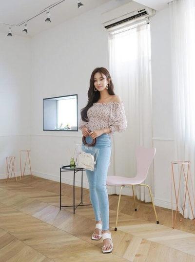 Kết hợp áo trễ vai cùng Jeans cạp cao xinh quá đi à