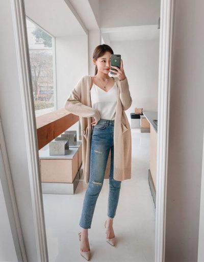 Một chút quyến rũ với áo dây mix cùng quần Jeans cạp cao và áo khoác bên ngoài nè