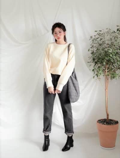 Áo nỉ diện chung với jean xắn gấu đơn giản mà đáng yêu