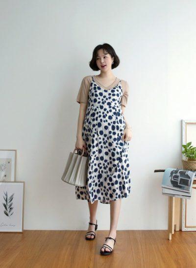 Bằng cách layering áo tối giản với váy liền hai dây, các mẹ bầu sẽ có ngay một vẻ ngoài cực xinh xẻo.
