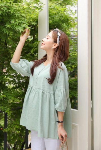 Áo blouse dáng xòe rộng rãi đem tới cảm giác dễ chịu cho các mẹ khi diện.