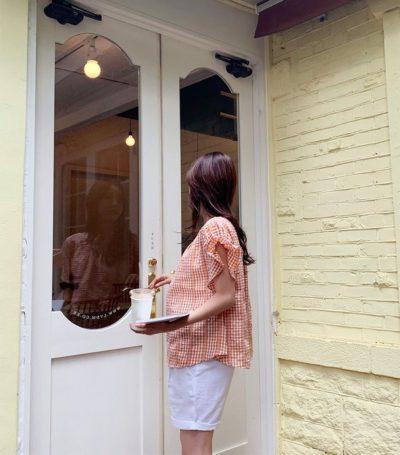 Các mẹ có thể diện áo blouse với quần short vải...