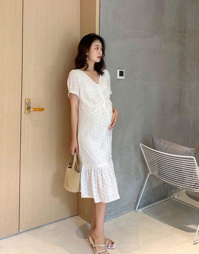 Các mẫu váy suông dáng đuôi cá kết hợp tay bồng điệu đà tạo nên vẻ mềm mại cho phong cách mẹ bầu.