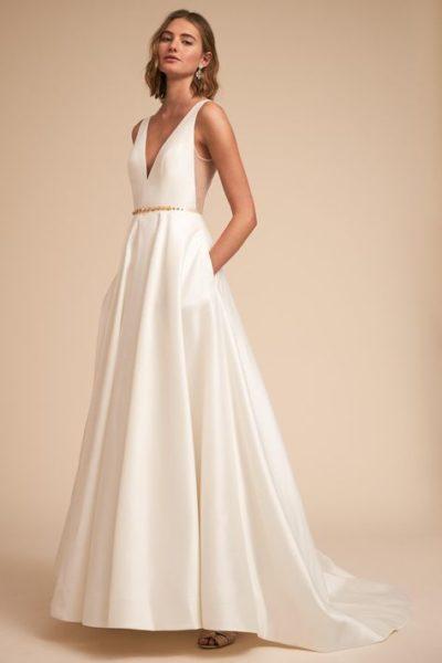 Tóc ngắn xoăn sóng kết hợp cực ăn ý với váy cưới hiện đại
