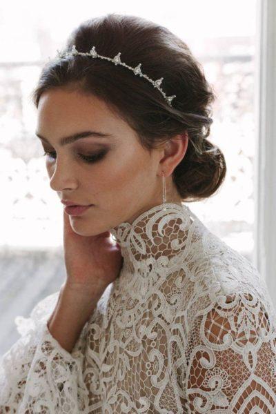 Tóc đội vương miện và váy cưới ren – tâm điểm của trào lưu váy cưới năm nay
