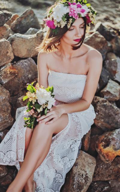 Váy cưới trắng đơn giản lộng lẫy hơn nhờ sắc hoa