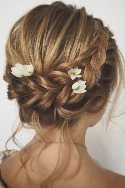 Tóc tết điểm hoa dành cho cô dâu tóc ngắn ngang vai