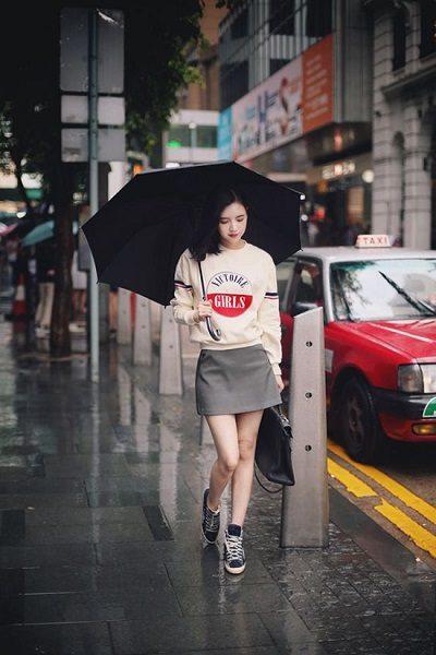 Phối áo len, áo nỉ với váy ngắn, giày thể thao