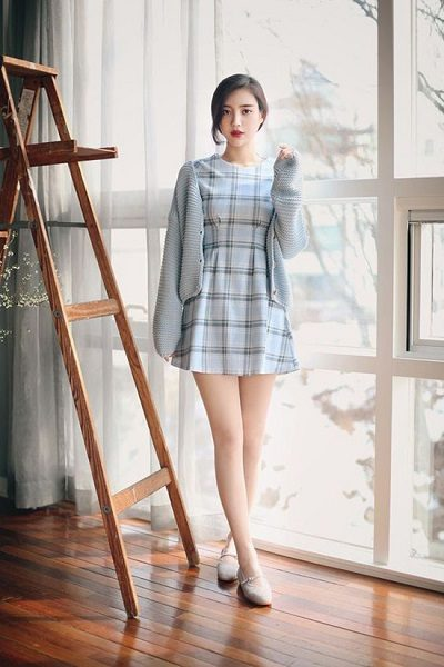 Phối áo len, áo nỉ với đầm sơ mi sọc caro