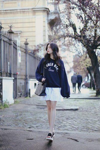 Phối áo len, áo nỉ với váy xòe trắng