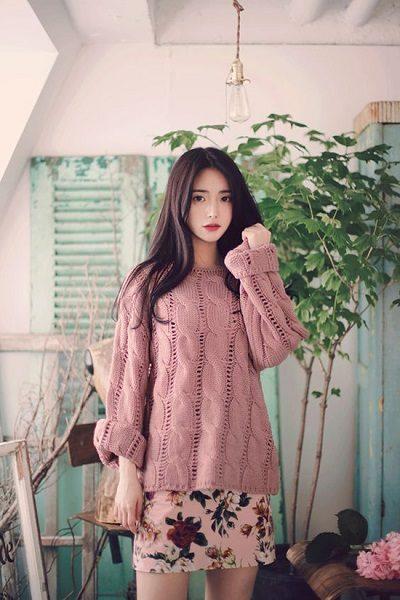 Phối áo len, áo nỉ với đầm hoa ngắn