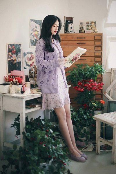 Phối áo len, áo nỉ với đầm trắng họa tiết hoa nhí