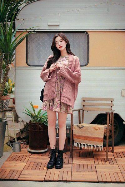 Phối áo len, áo nỉ với đầm hoa dáng suông