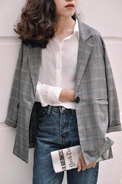 Áo sơ mi trắng + Blazer kẻ + Quần jeans - Ảnh 1