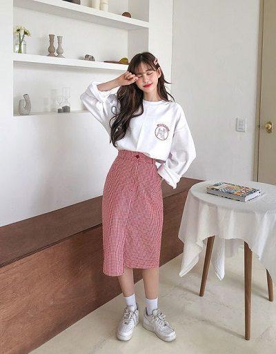 Diện áo oversize với chân váy caro dáng dài