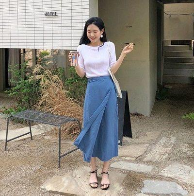 Xinh xắn với kiểu mix áo phông trắng với váy xanh xòe đắp chéo