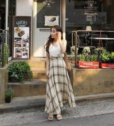 Mix áo hai dây với váy dài sọc vuông to