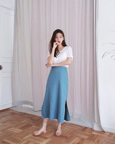 Áo thun tay ngắn + Váy xẻ ngắn dáng xòe tông xanh
