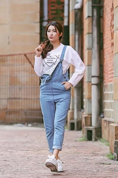 Combo yếm jeans + Áo pull và sneakers tạo phong cách thời trang sang chảnh, mạnh mẽ
