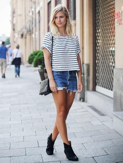 Quần short jeans mix cùng áo kẻ ngang đơn giản