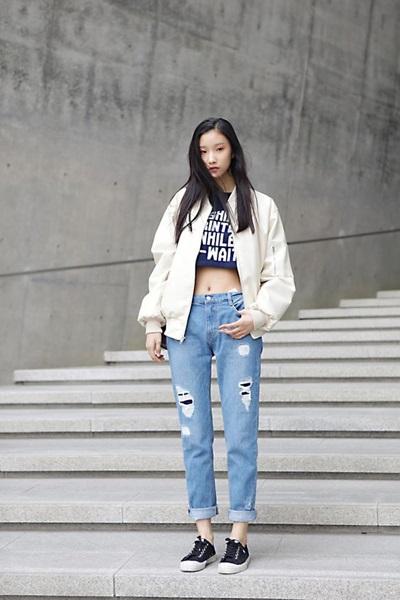 Quần jeans mix với áo khoác bomber và croptop