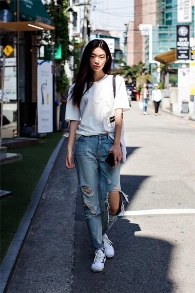 Mix đồ đơn giản với jeans rách gối và áo thun trắng