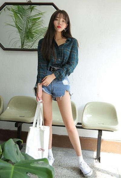 Cool ngầu với sơ mi ca rô kết hợp với short jeans rách