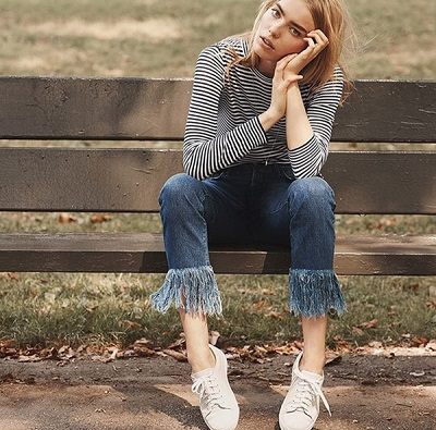 Cuốn hút với áo kẻ ngang mix cùng quần jeans tua rua
