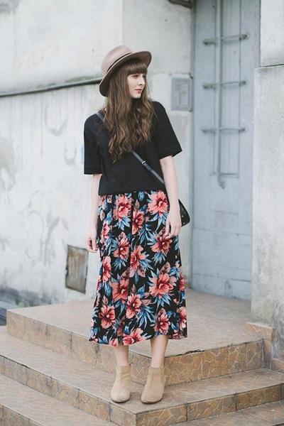 Nhẹ nhàng, nữ tính với chân váy họa tiết kèm áo phông