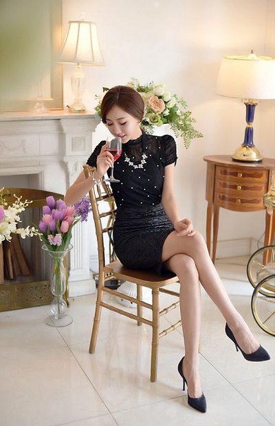 Áo phối ren tay ngắn + Chân váy ngắn body - Những kiểu váy giúp nàng công sở toả sáng trong buổi tiệc tất niên công ty