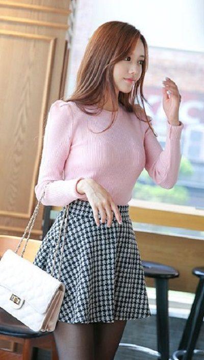 Áo phông hồng phối chân váy xoè ngắn sọc caro - Những kiểu váy giúp nàng công sở toả sáng trong buổi tiệc tất niên công ty