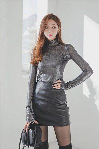 Áo cổ lọ tay dài + Chân váy ngắn - Những kiểu váy giúp nàng công sở toả sáng trong buổi tiệc tất niên công ty