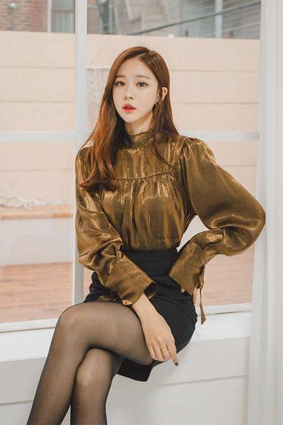 Áo tông vàng ánh kim + Chân váy ngắn đen - Những kiểu váy giúp nàng công sở toả sáng trong buổi tiệc tất niên công ty