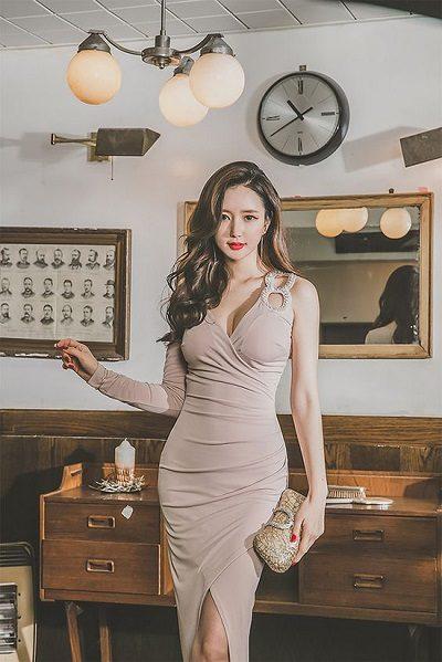 Đầm body đắp chéo - Những kiểu váy giúp nàng công sở toả sáng trong buổi tiệc tất niên công ty