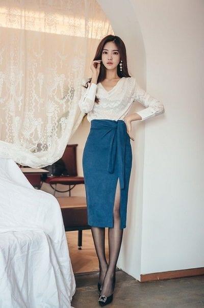 Áo ren tay dài phối chân váy xẻ cao thắt eo - Những kiểu váy giúp nàng công sở toả sáng trong buổi tiệc tất niên công ty