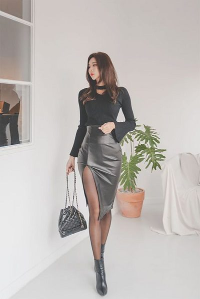 Áo phông kiểu phối váy xẻ cao - Những kiểu váy giúp nàng công sở toả sáng trong buổi tiệc tất niên công ty