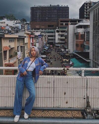 Quần jeans ống rộng + Áo khoác họa tiết cho nữ