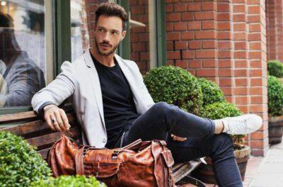 Sự kết hợp hiện đại giữa Áo vest và áo thun, quần âu cùng giày thể thao