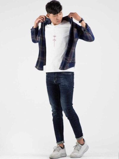 Áo khoác kẻ + Áo thun và quần skinny jean