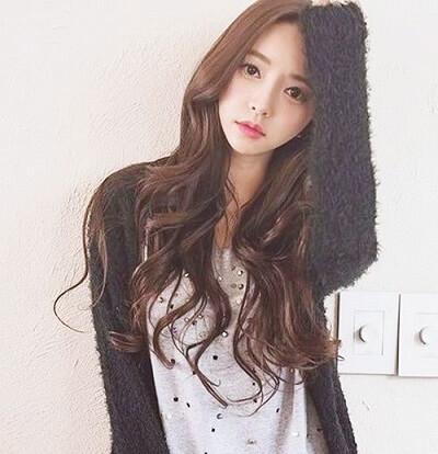 Kiểu tóc dài xoăn sóng đẹp đón Tết 2021