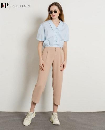 Quần kaki ống đứng được mix cùng chiếc áo sơ mi kiểu làm nên phong cách cho nàng