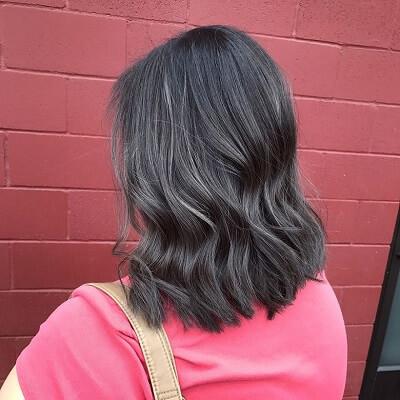 Màu tóc than chì nhuộm bóng bẩy, mới mẻ đầy đột phá