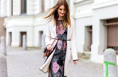 Váy hoa kết hợp với áo cardigan rất ăn ý