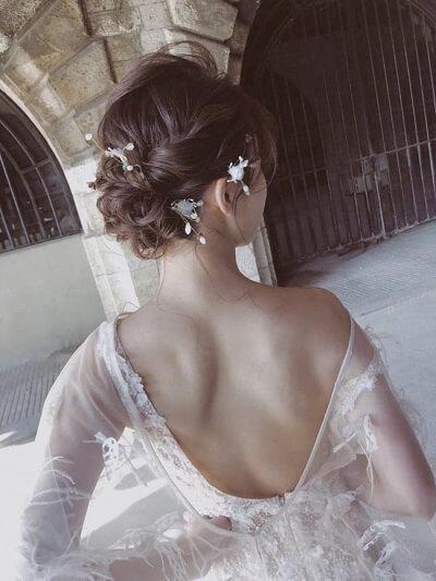 Tóc uống xoăn lọn kết hợp tết đơn giản sau đầu cũng là gợi ý phù hợp cho phái đẹp thêm lộng lẫy trong ngày vui. Một vài chi tiết như lông vũ sẽ tạo điểm nhấn dịu dàng cho vẻ ngoài