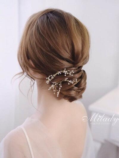Còn đây là kiểu tóc tết kết hợp búi thấp đính phụ kiện nhỏ xinh đầy tinh tế