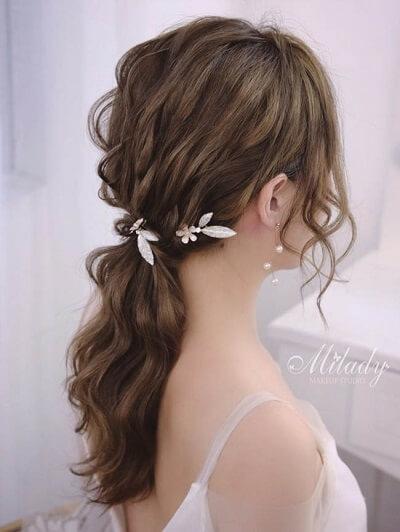 Tóc đánh xoăn rối buộc gọn phía sau phù hợp cho cô nàng thích style Hàn Quốc nhẹ nhàng mà vẫn cực xinh đẹp