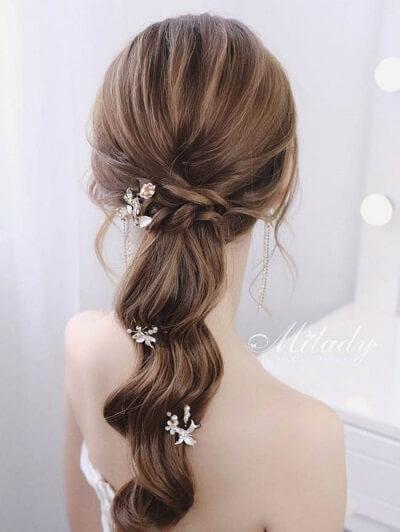 Nàng có thể tết tóc hai bên rồi tạo kiểu tóc đuôi ngựa uốn sóng nước chấm phá họa tiết nhỏ nhắn để tăng nét yêu kiều
